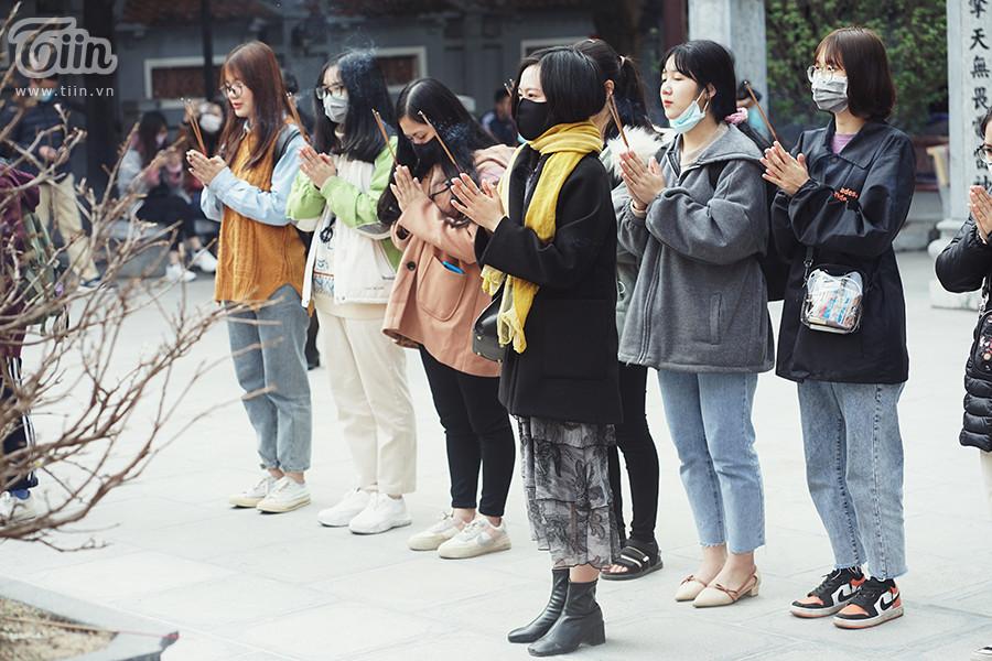 Từ ngoài vào trong, đâu đâu cũng thấy người đến chùa Hà lễ bái, nhiều nhất vẫn là giới trẻ.