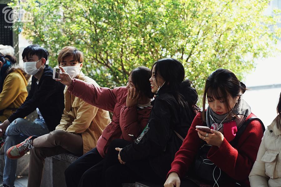 Nhóm bạn check-in khoe ảnh đang đi lễ chùa Hà.